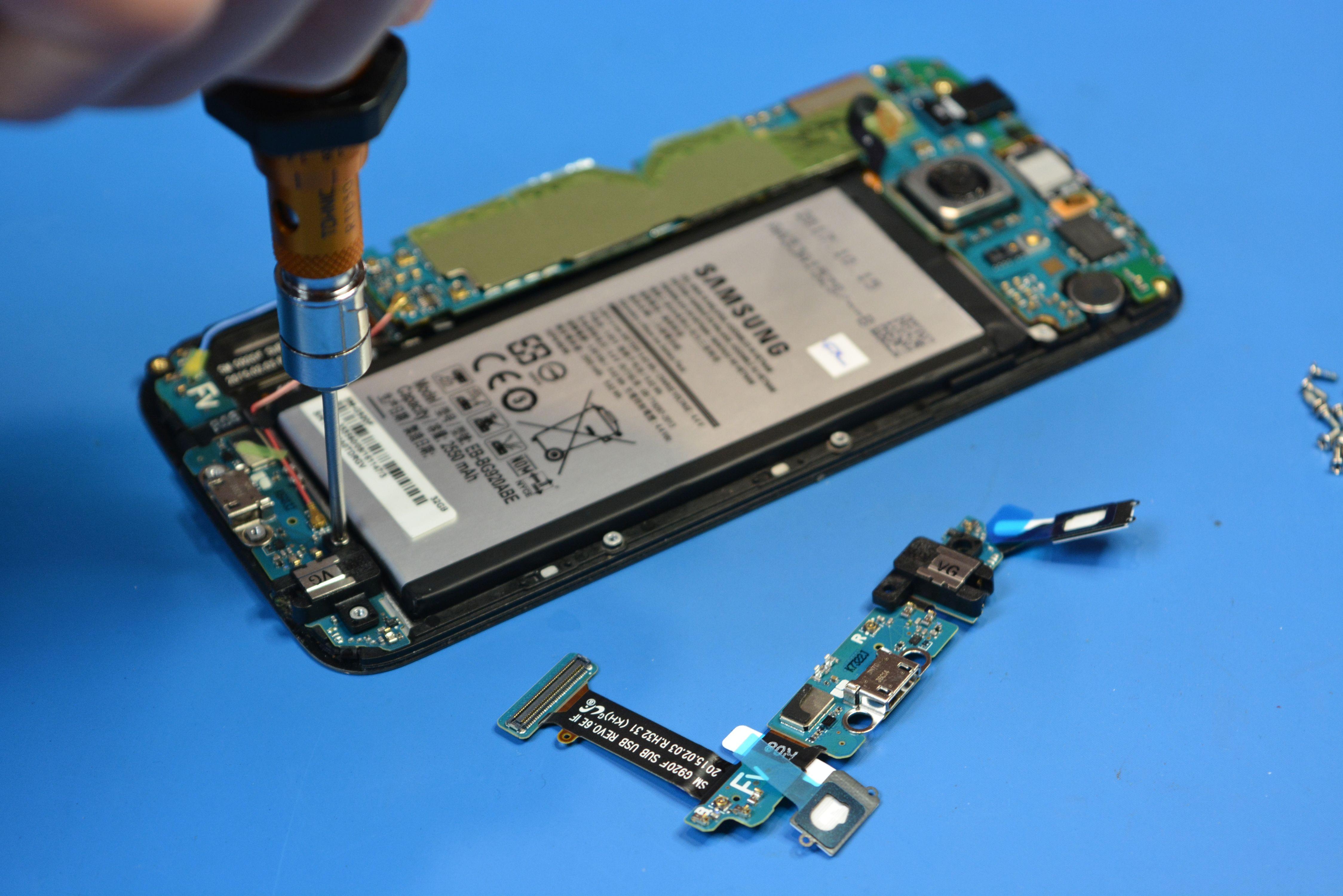 Wszystkie naprawy wykonujemy samodzielnie co gwarantuje najkrótszy, możliwy czas obsługi. Większość napraw wykonujemy praktycznie od ręki, w kilka godzin, często tego samego dnia, ewentualnie na następny dzień roboczy. Czas naprawy zależy w dużym stopniu od skali uszkodzeń oraz przestrzegania procedur nałożonych przez dział techniczny producenta urządzeń Samsung.